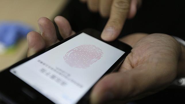 Hackers demuestran en un vídeo cómo vulnerar el sensor dactilar del iPhone 5S