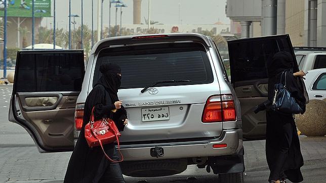 Un jeque saudí pide prohibir a las mujeres conducir para evitar que desaparezcan las vírgenes en diez años