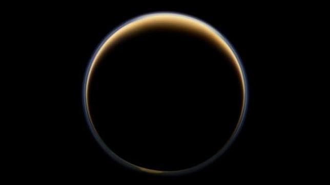 Encuentran un ingrediente del plástico casero en la luna Titán