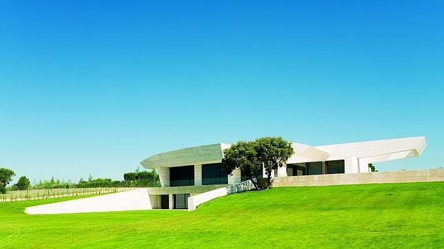 Una De Las Mansiones De «La Finca», Con Su Característica Arquitectura