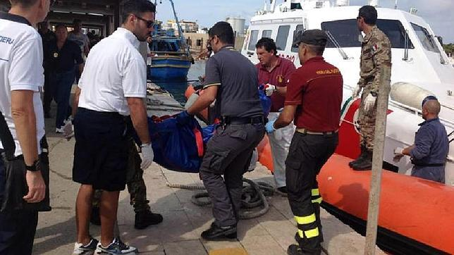 La alcaldesa de Lampedusa: «No sabemos dónde meter ni a los vivos, ni a los muertos»