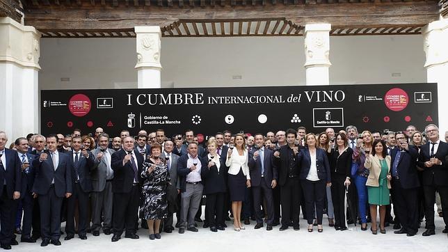 Foto de familia de todos los asistentes a la presentación de la Cumbre Internacional del Vino