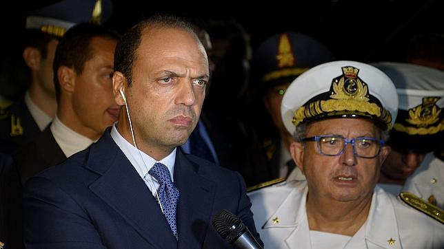 afp Angelino Alfano comparece ante la prensa anoche en Lampedusa