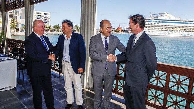 De izq. a der.: Wolfgang Kiessling, Luis Ibarra, Juan J. Cardona y Christoff Kiessling, este sábado en el puerto