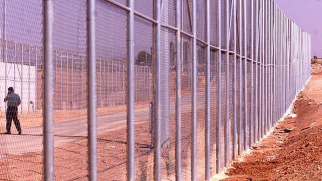 Dos hileras de alambradas, a pocos metros de la autovía, rodean la cárcel de Villena