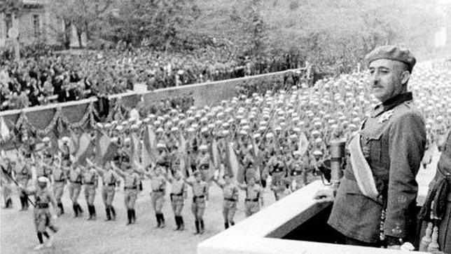 Franco contemplando el desfile de las tropas en la conmemoración del día de la victoria en la Guerra Civil, en 1939