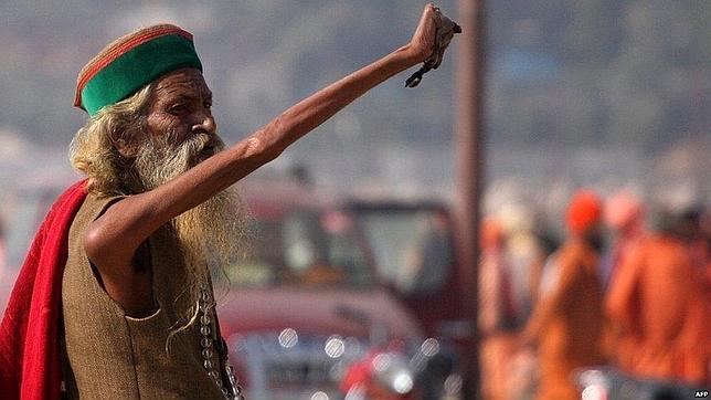 El hombre que lleva 40 años con el brazo apuntando al cielo