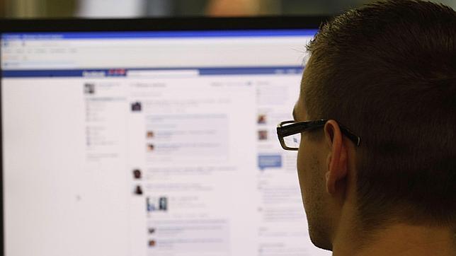 Un internauta observa una página de Facebook