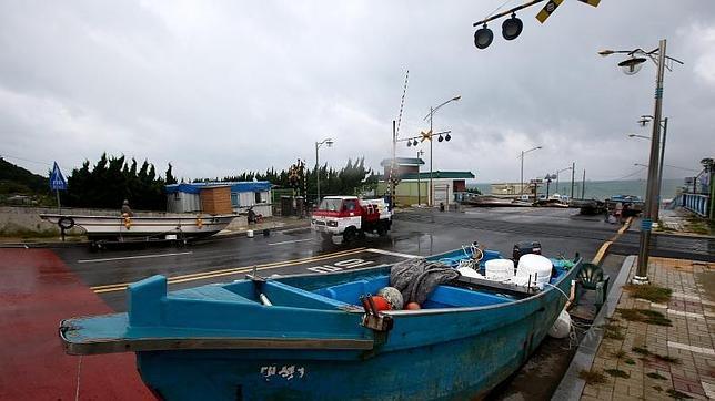 Corea del Sur, Japón y EE.UU. suspenden sus maniobras navales por el tifón «Danas»