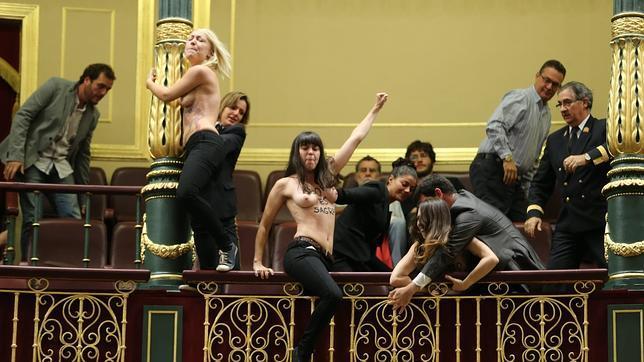 Activistas de Femen en la tribuna del Congreso de los Diputados