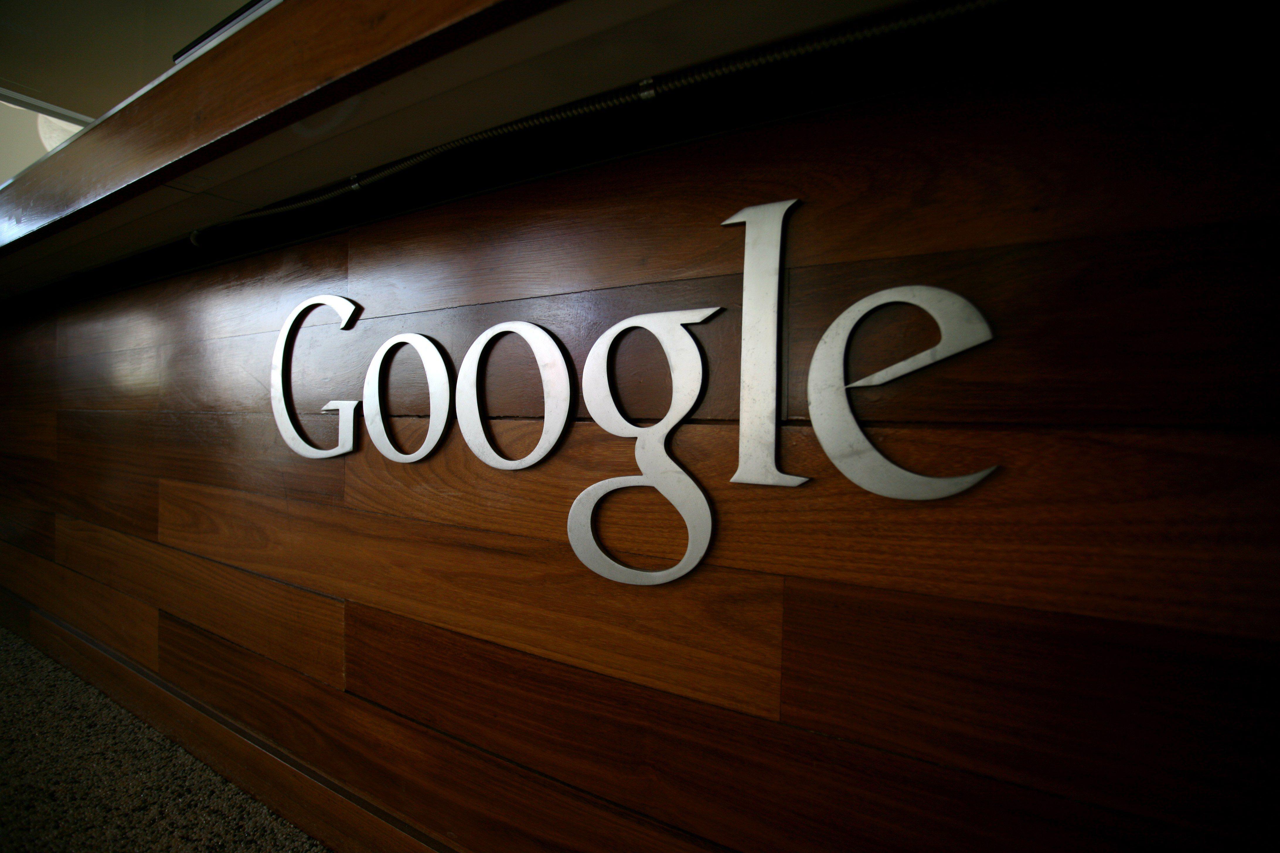 Google lanzará anuncios con nombres, fotos y comentarios de usuarios