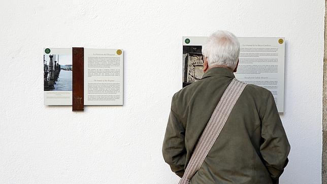 Un visitante lee las fichas históricas sobre el hotel