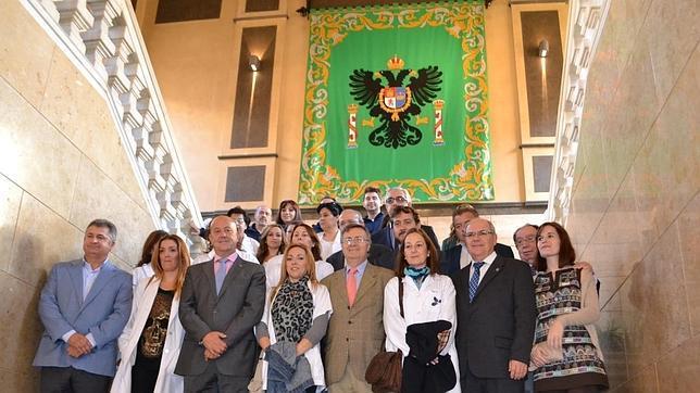 Tizón, en el centro, posa con miembros de la Corporación provincial ante el escudo