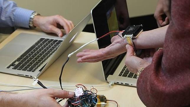 Inventan una pulsera termoeléctrica con la que no se pasa frío ni calor