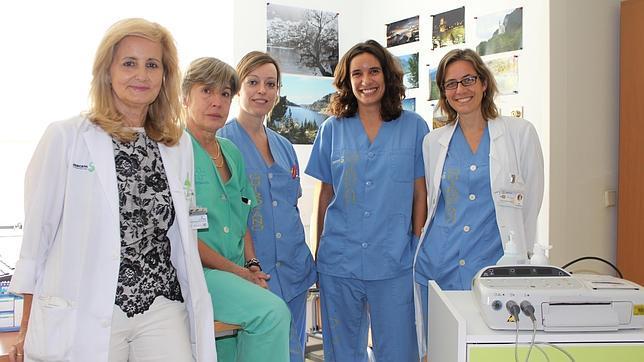 La doctora Cañete, a la izquierda, con el resto de profesionales que ha participado en el estudio