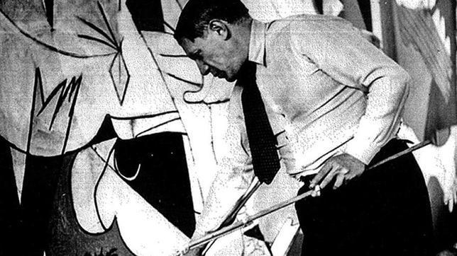 Pablo Picasso, pintando el Guernica