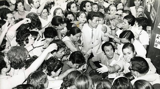 Manolo Escobar rodeado e fans en 1972