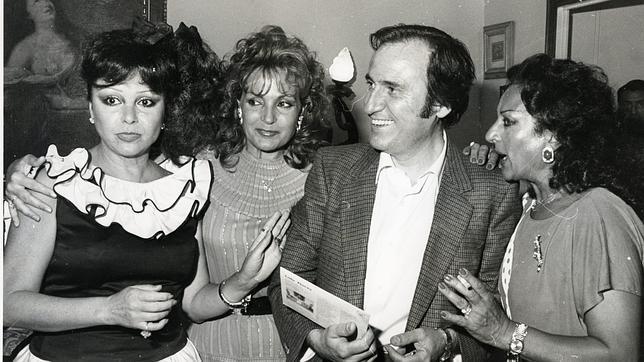 Manolo Escobar rodeado de mujeres: Marujita Díaz, Carmen Sevilla y Lola flores