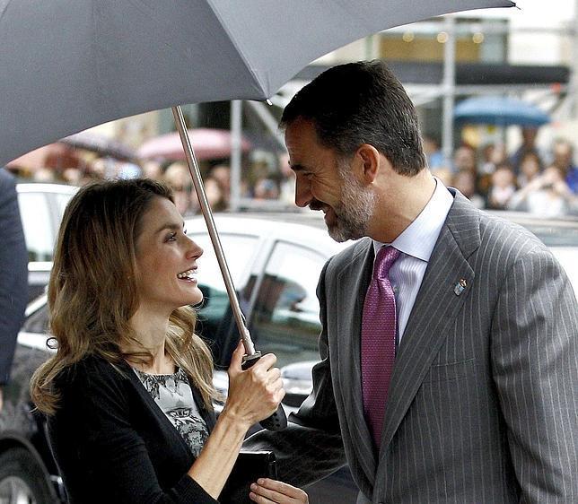 Don Felipe y Doña Letizia aterrizan en Oviedo para asistir a los Premios Príncipe de Asturias