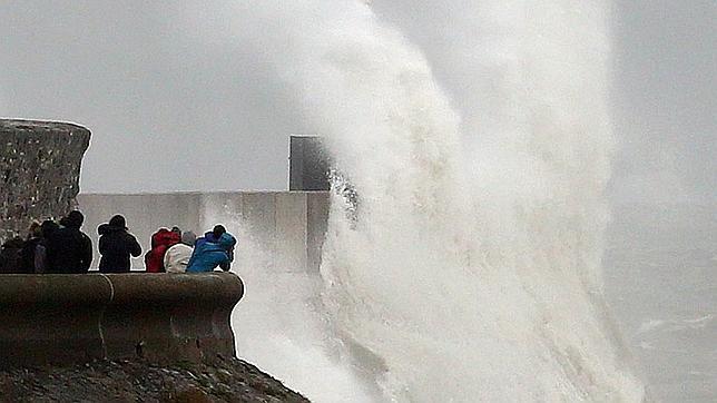 Las olas chocan contra las barreras en el norte de Gales