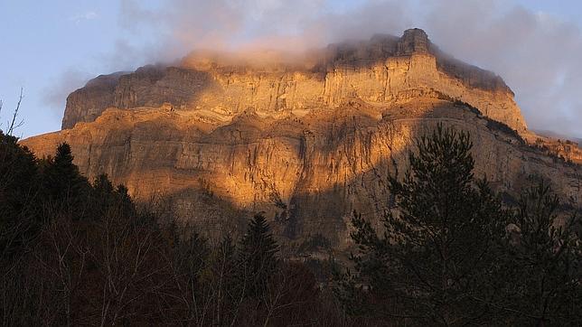 Últimos rayos del sol otoñal sobre la Muralla de la Fraucata en el Valle de Ordesa