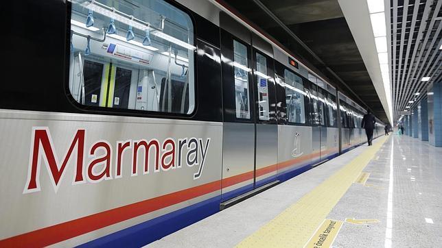Trabajadores turcos revisan un tren antes de la ceremonia de apertura del Proyecto Marmaray