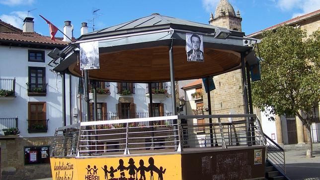 La Guardia Civil retira siete carteles con fotos de miembros de ETA en Alsasua