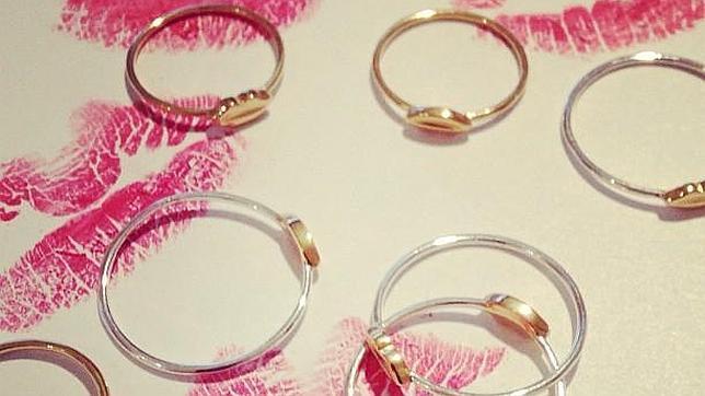 Los anillos de la firma Ouibyou que vienen en tamaño normal y «midi»