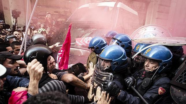 Enfrentamientos entre manifestantes y policía en pleno centro de Roma
