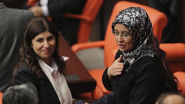 Diputadas turcas acceden por primera vez al Parlamento llevando el velo