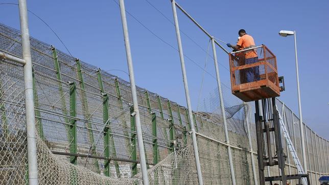 Muere un inmigrante durante un asalto masivo a la valla de Melilla