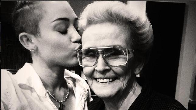 Miley Cyrus se tatúa la cara de su abuela