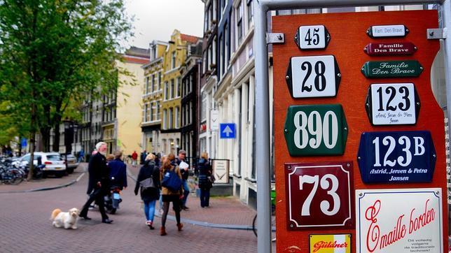 En la imagen, la calle Singel con rótulos de Alfons De Letter