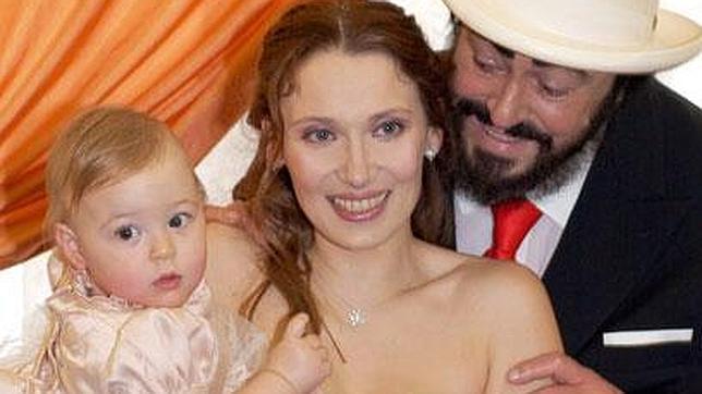 Nicoletta, con Pavarotti y la hija de ambos, Alice, el día de su boda, en noviembre de 2003