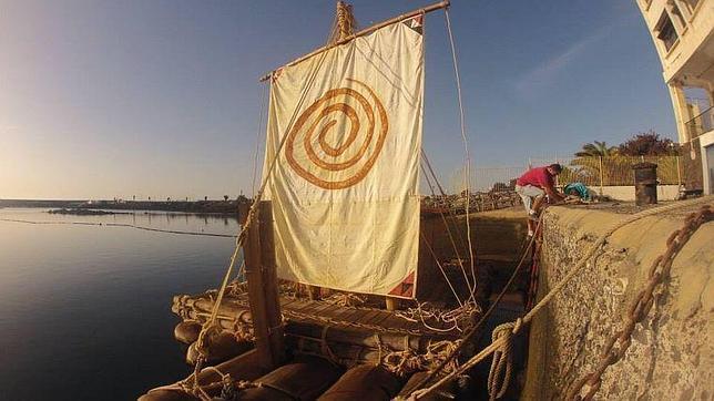 La balsa «Osa Menor» espera en el muelle de Arrecife (Lanzarote) para comenzar la travesía
