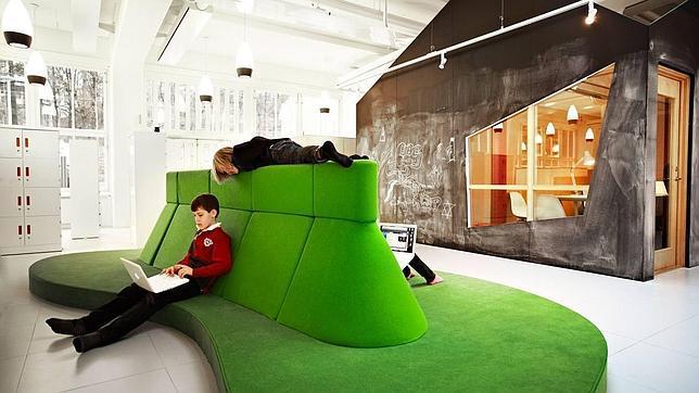 Espacios abiertos en lugar de clases cerradas y aulas con paneles de vidrio que dan amplitud