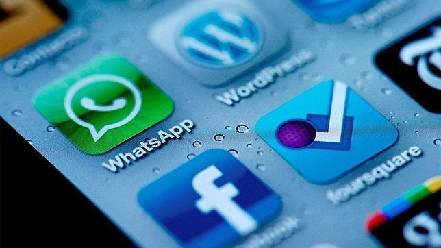 Condenado por enviar 2.147 mensajes de WhatsApp a su novia en un mes