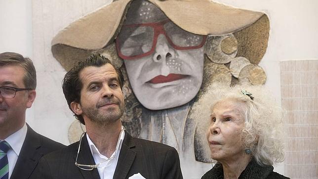 La duquesa de Alba visitó la exposición del escultor toledano Alberto Romero