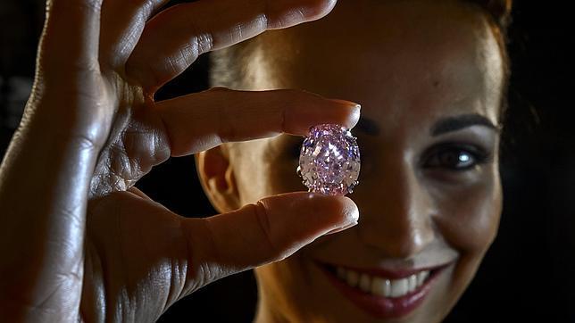 Un diamante rosa alcanza el precio récord de 62 millones de euros