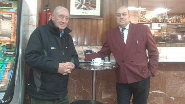 El fundador de la carrera, Antonio Sabugueiro, y el hijo del propietario del café «Bella Luz», donde se gestó la San Silvestre