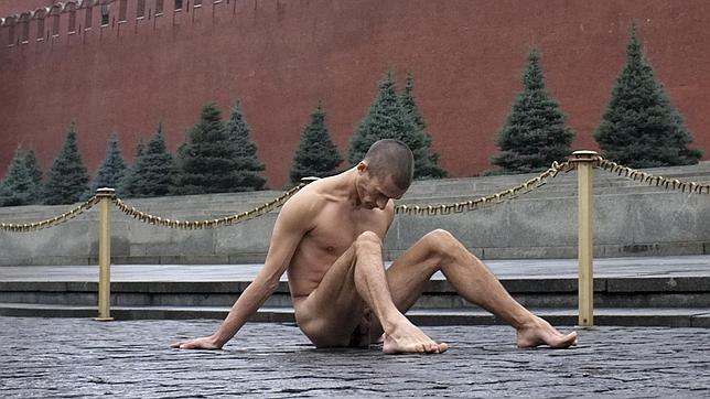 Un pintor ruso clava con martillo sus testículos en la Plaza Roja de Moscú