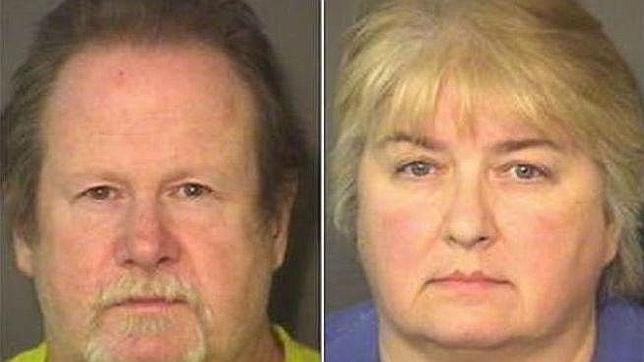 Detenidos tras esposar a su hijo al porche con un pollo muerto alrededor del cuello