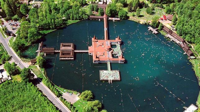 Diez piscinas naturales de agua caliente en parajes incre bles for Termas naturales cerca de madrid