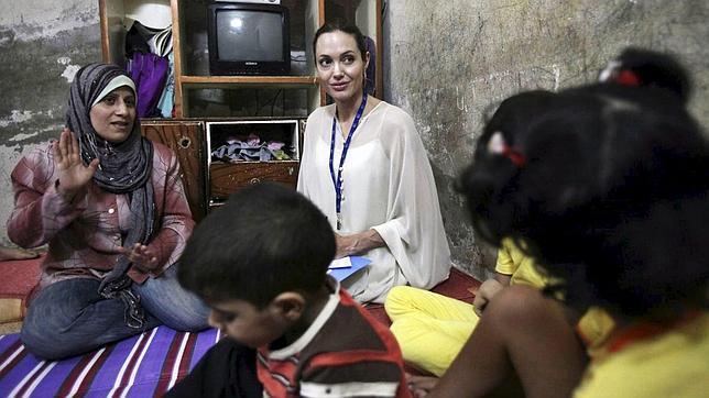 Jolie conversa con una mujer iraquí en un campo derefugiados cerca de Damasco, en 2009