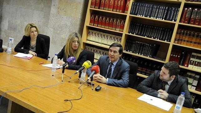Juan Ramón Brigidano, junto a los mediadores Maite Delgado, María del Carmen Fernández y Carlos Arroyo