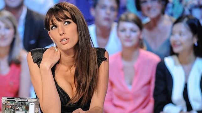 Doria Tillier, la presentadora que dará el tiempo desnuda tras la clasificación de Francia