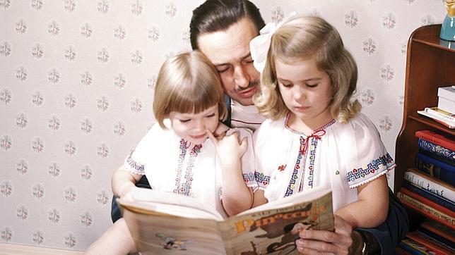 Walt Disney lee «Pinocho» a sus hijas Sharon y Diane