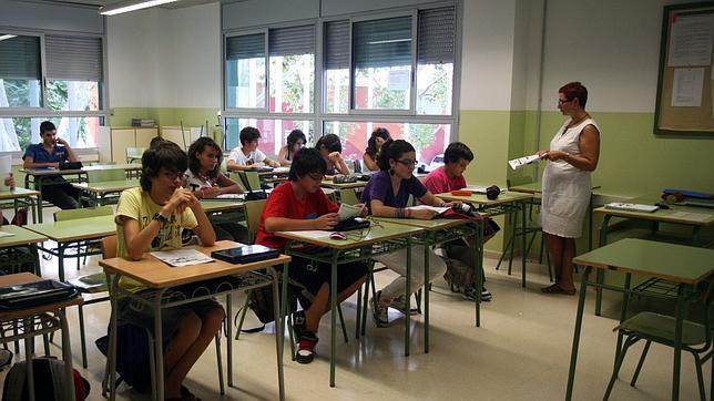 Una profesora da clase a alumnos de Secundaria en un centro de Barcelona