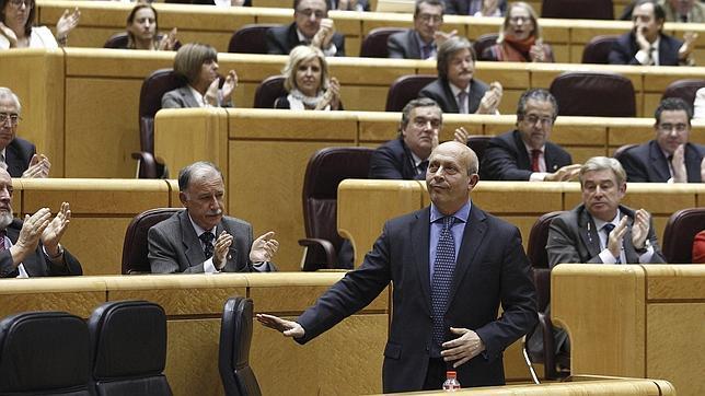 El ministro de Educación, José Ignacio Wert, aplaudido este miércoles en el Senado