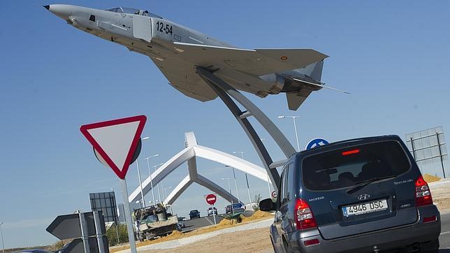 Un avión F-4 Phantom II, en una rotonda de Torrejón de Ardoz